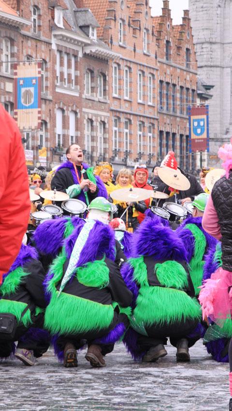 homme qui chante au carnaval de Tournai