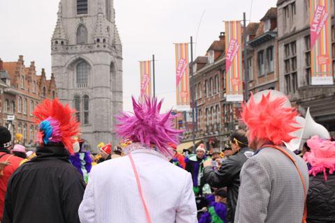 hommes de dos au carnaval
