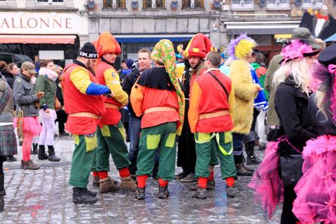 hommes en vert et orange sur la place de tournai