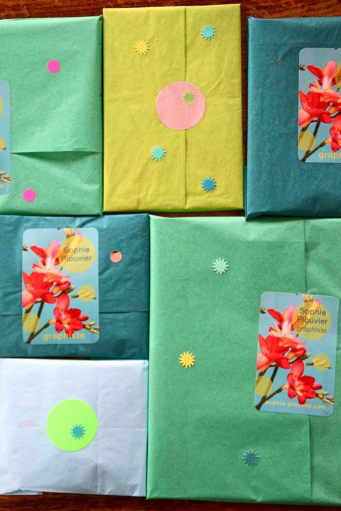 des paquets cadeaux en papier de soie