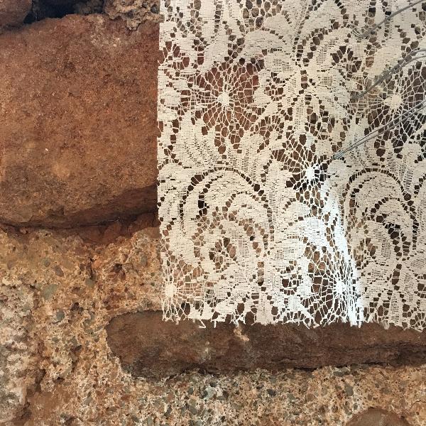 photo dentelle et mur en pierre à Saint Pierre d'issis Aveyron - photo vacances Sophie Plouvier